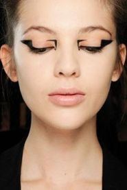 f95d2e1e7020179b81b7e75080bb2808-mary-katrantzou-graphic-eyeliner
