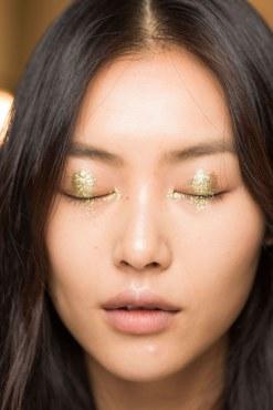 beauty-2014-09-anna-sui-ss15-nyfw-gold-eyeshadow-closed-main