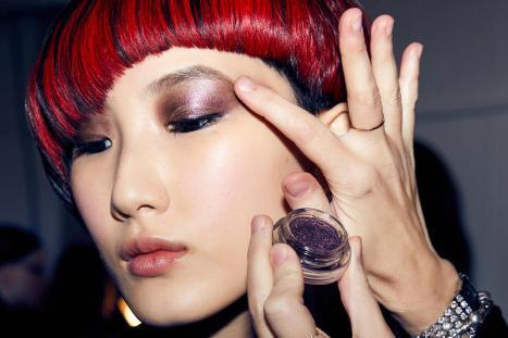 https3a2f2fhypebeast-com2fwp-content2fblogs-dir2f62ffiles2f20182f092fmarc-jacobs-beauty-glam-glitter-eyeshadow-makeup-1